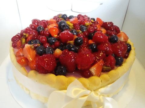 Charlotte met rode vruchten en pistache